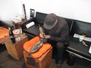 Max signiert Skulpturen